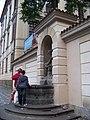 Mariánské náměstí 3, kašna u Clam-Gallasova paláce.jpg