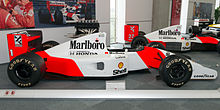 Photo en vue de profil droit de la McLaren MP4/7A de Senna, en exposition