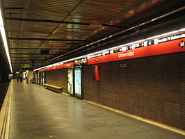 Een perron van metrostation Universitat.