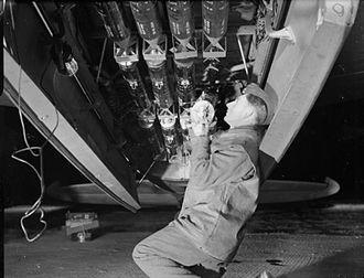 Photoflash bomb - Image: Mosquito photo reconnaissance photoflash bomb loading WWII IWM C 4998