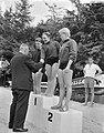 Nederlandse zwemkampioenschappen te Appelscha, vlnr Jan de Vries, Jopie Troo, Bestanddeelnr 910-5766.jpg