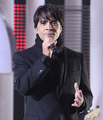 "Mi Reflejo - Puerto Rican singer Luis Fonsi (pictured) features on the song ""Si No Te Hubiera Conocido""."