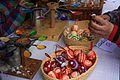 Oglądanie pisanek malowanych rozgrzanym, kolorowym woskiem podczas jarmarku wielkanocnego w rožnovskim skansenie.jpg