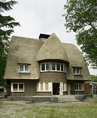 File overzicht van de voorgevel met een halfronde uitbouw met de naam van het huis ingemetseld for Lay outs van het huis hal