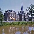 Overzicht van de voorgevels en een linker zijgevel, gezien vanaf de overzijde van het water - Heerenveen - 20381011 - RCE.jpg