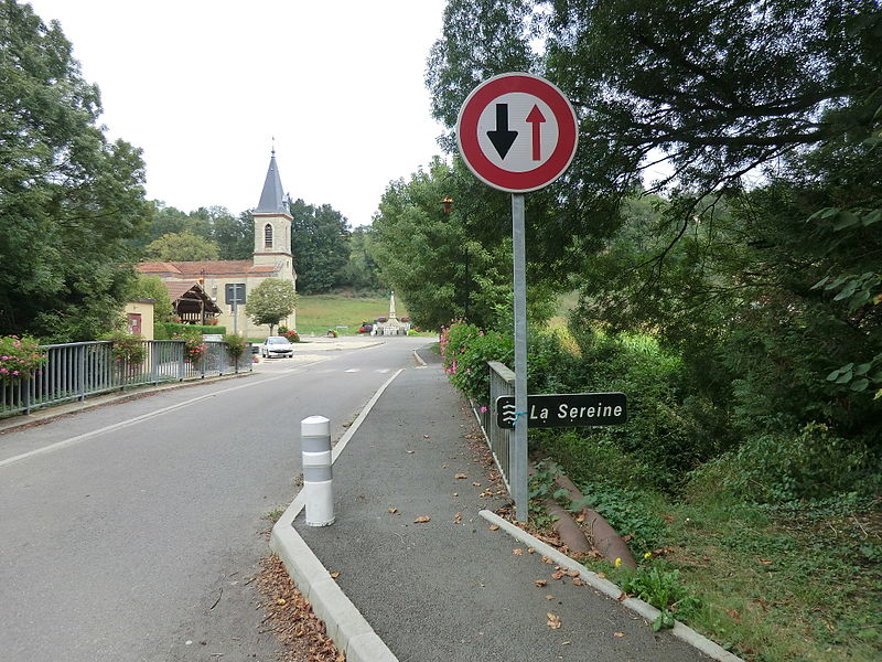 Panneau de la Sereine et église à Sainte-Croix (Ain)