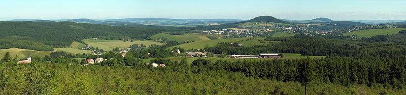 Panoramatický pohled z Kamenného vrchu na Nové Zvolání, Bärenstein s horou Bärenstein a Vejprty