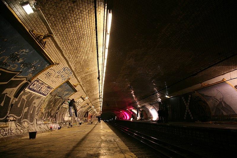 """File:Paris, RATP station """"Croix Rouge"""" installation """"X"""" lenfer de la BnF, par L. Ungerer C-Album nuit du 15 déc. 2007 (4879176427).jpg"""