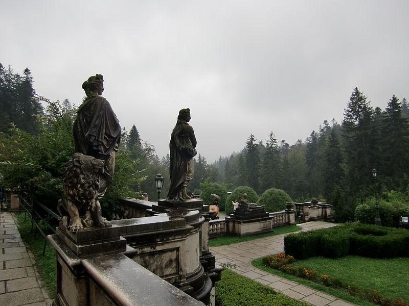 http://upload.wikimedia.org/wikipedia/commons/thumb/5/57/Peles_castle_garden.JPG/800px-Peles_castle_garden.JPG