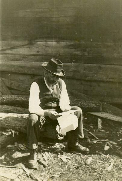 משה קסנר בחצר ביתו בוישו דה סוס בטרנסילבניה, קורא