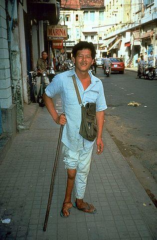 Mannen på bilden drabbades av att hans muskler i ena benet förtvinades på grund av en polioinfektion. Poliovaccin skyddar mot sjukdomen.