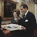 Prinses Beatrix en prins Claus krijgen geschenk aangeboden, Bestanddeelnr 254-7522.jpg
