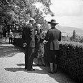 Prinses Juliana is gesprek met een heer en een dame op een terras, Bestanddeelnr 255-8089.jpg