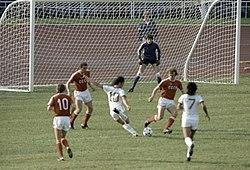 La selección olímpica de Venezuela (blanco) en un partido ante su similar  de la Unión Soviética (rojo) durante los XXII Juegos Olímpicos de Moscú de  1980. 2a2d864bb5992