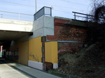 Railway bridge over Straße der Jugend (reparied abutment).png