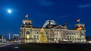 Reichstagsgebäude mit Weihnachtsbaum bei Nacht, Berlin, 151223, ako