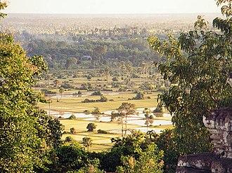 Phnom Bakheng - Image: Reisfelder Kambodscha Angkor 2001