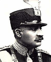 تصویر رسمی رضا شاه پهلوی در هنگام جلوس به سلطنت. بر روی کلاه وی الماس معروف دریای نور دیده می شود