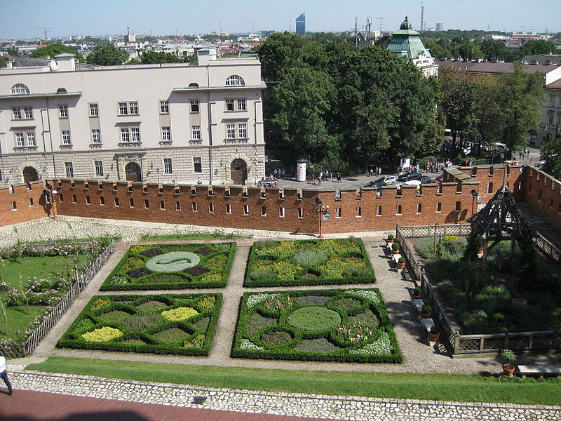 File:Royal Garden in castle of Wawel in Kraków 2015 (1).JPG