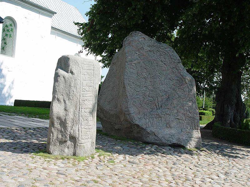 Runestenene i Jelling. fra https://af.wikipedia.org/wiki/Harald_I_van_Denemarke#/media/File:Runensteine_Gorm_Blauzahn.jpg