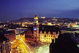 Das Rathaus in Saarbrücken bei Nacht.