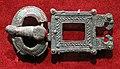 Sarmato-goti, fibbia con testine d'aquila, V secolo, argento con tracce di doratura e granati.jpg