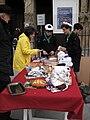 Scouts d' Europe vendant des pâtisseries (2).JPG