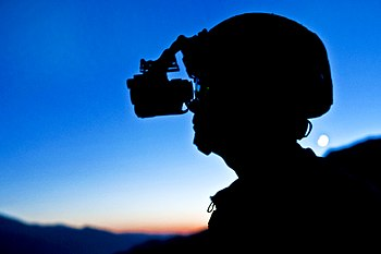 English: Soldier wearing night vision goggles.