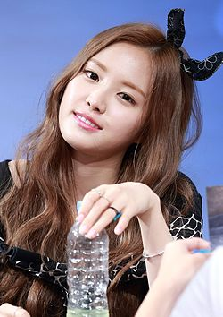 Son Na-eun at a fansigning event in Hapjeong, 6 August 2015 01.jpg