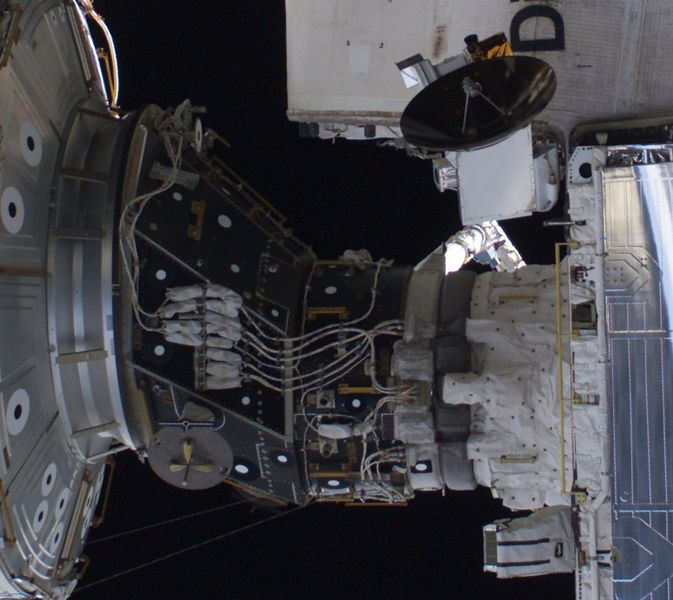 Fil:Space Shuttle docked to station - further cropped and rotated.jpg