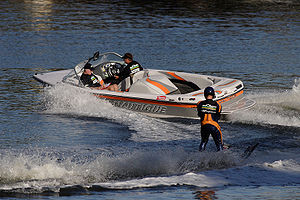 English: A motor boat pulling a water skier in...