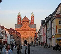 Speyer: Maximilianstraße con la catedral al fondo