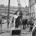 Staatssecretaris Schaefer slaat in Govert Flinckstraat eerste paal voor 20 volks, Bestanddeelnr 926-6880.jpg