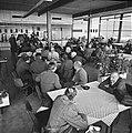 Staking bij Bronswerk Alfa in Utrecht stakers in kantine, Bestanddeelnr 927-1470.jpg