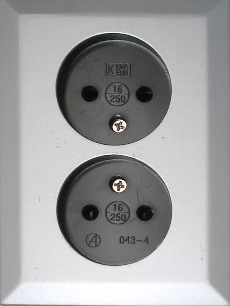 Non-earthed CEE7/1 socket (bearing Dutch standard approval) that accepts Schuko plugs