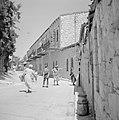 Straat in de wijk Mea Shearim, met daarin een burenruzie, Bestanddeelnr 255-2460.jpg