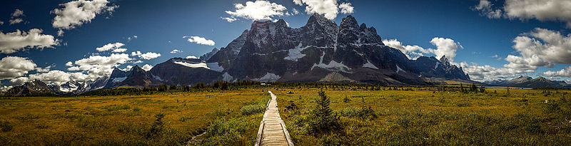 File:The Ramparts in Tonquin Valley.jpg