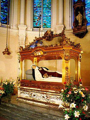 Túmulo de Santa Teresinha no Carmelo de Lisieux