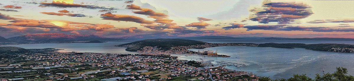 Panoramavy over Trogir fra år 2014.   På afstande til venstre i billede skimter Split.