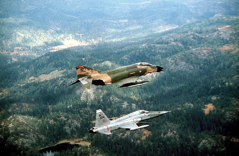 Armée norvegienne/Norwegian Armed Forces 800px-US_F4_Phantom_and_Norwegian_F5_Freedom_Fighter