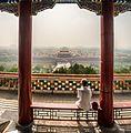 Un hombre mira la Ciudad Prohibida de Beijing, desde el parque JingShan. Una espesa capa de bruma y contaminación cubre la capital de manera permanente. (15733953712).jpg