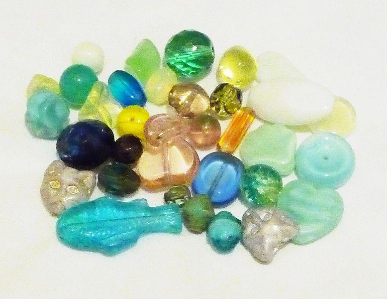 File:Uranium glass beads, white background.jpg