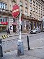 Vítězné náměstí, světelná dopravní značka se sloupkem.jpg
