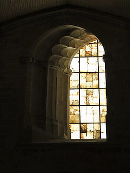 Alabaster window in the Valencia Cathedral. Note the asymmetrical, slanted left side of the wall-frame, which lets sun rays reach the chancel ValenciaCathedral2.JPG