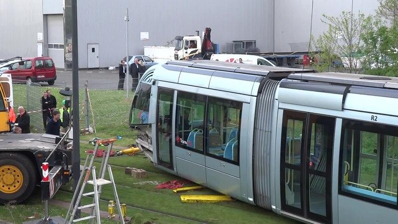 File:Valenciennes & Anzin - Déraillement de la rame de tramway n° 17 à la sortie du dépôt de Saint-Waast le 11 avril 2014 (035B).ogv
