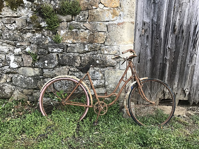 """Vieux vélo au hameau """"Les Veyrières"""", commune de Saint-Vincent-de-Durfort en Ardèche."""