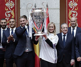 3a9ab5981f9 Le Real Madrid célébrant la victoire en Ligue des champions 2016-2017 avec  Cristina Cifuentes.