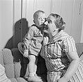 Vrouw met kind op de bank, Bestanddeelnr 254-4647.jpg