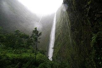 Waipio Valley - Image: Waipio waterfall