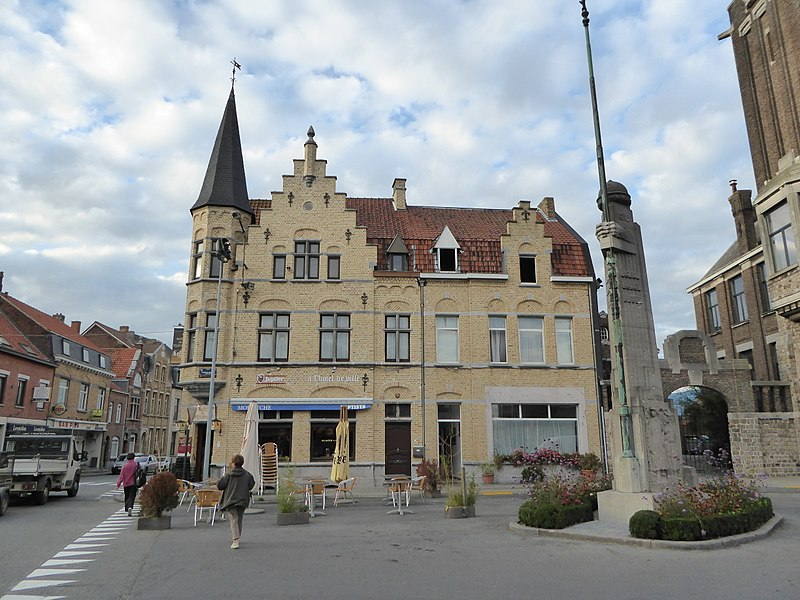 Warneton  (Belgique), café A l'hôtel de ville, et le Monument aux Morts Place de l'Abbaye